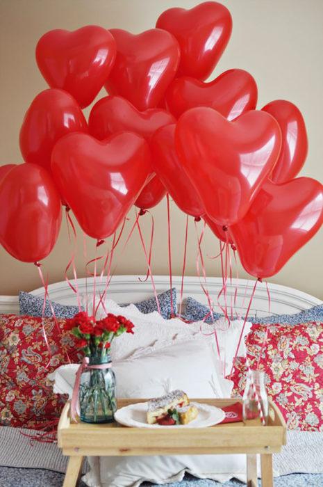 globos en forma de corazón rojo