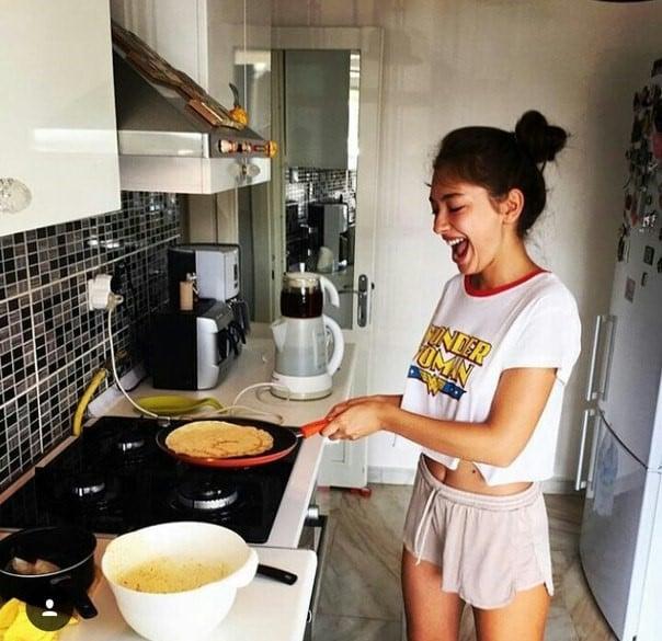 mujer en pijama haciendo de comer