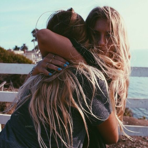 abrazo entre hermanas
