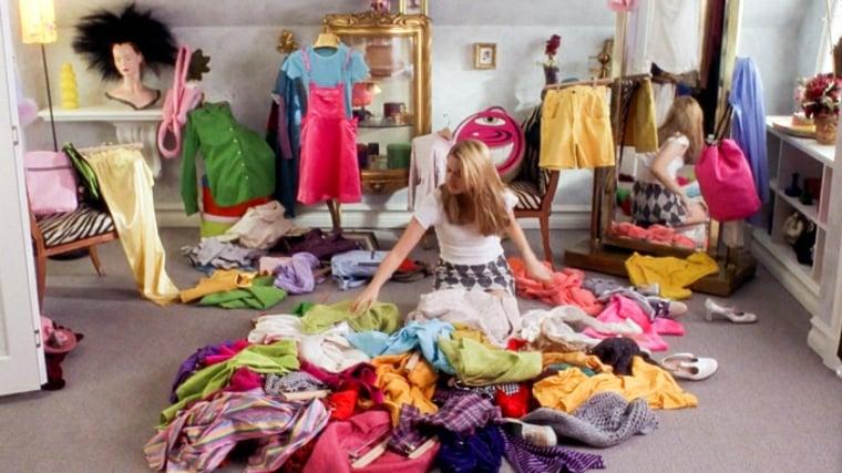 alicia sirvestone limpiando su armario