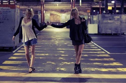 amigas caminando por la calle