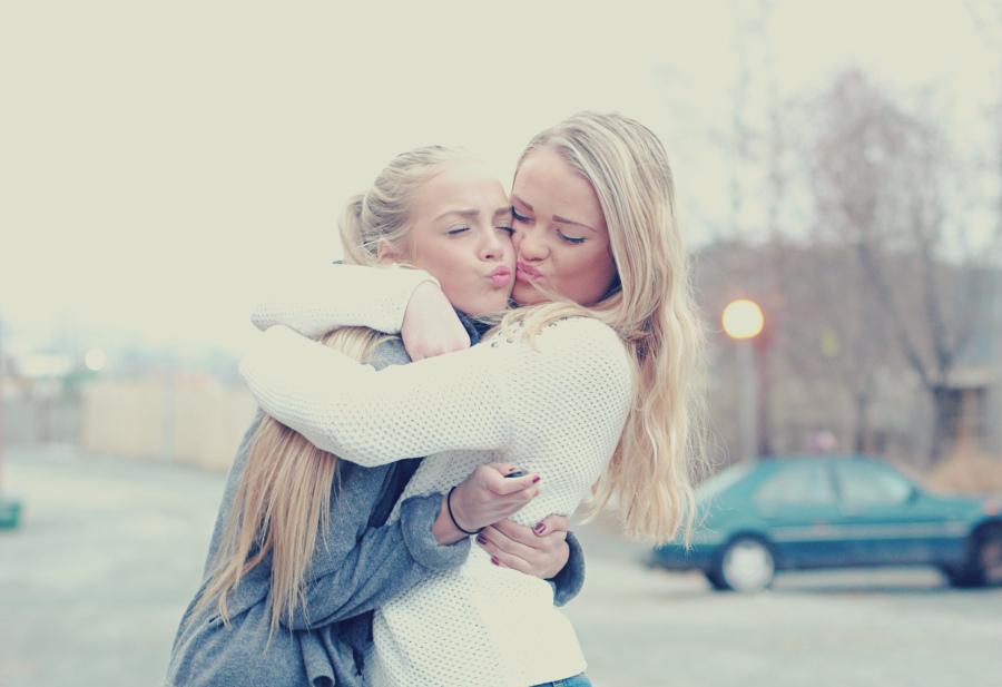 amigas dándose un gran abrazo