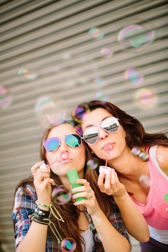 amigas jugando con burbujas