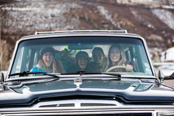 chicas conduciendo camioneta
