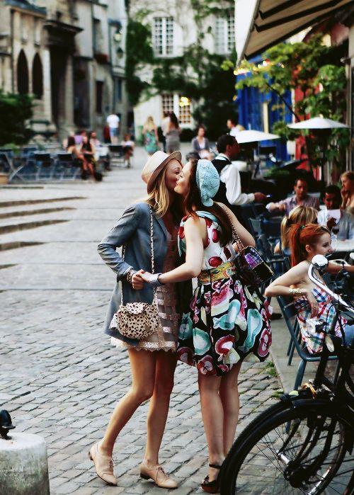 amigas saludándose de beso por la calle