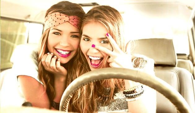 amigas en coche manejando