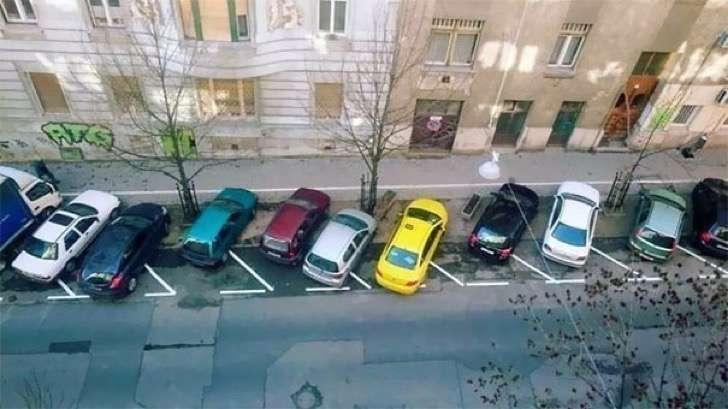 fila de autos mal estacionados