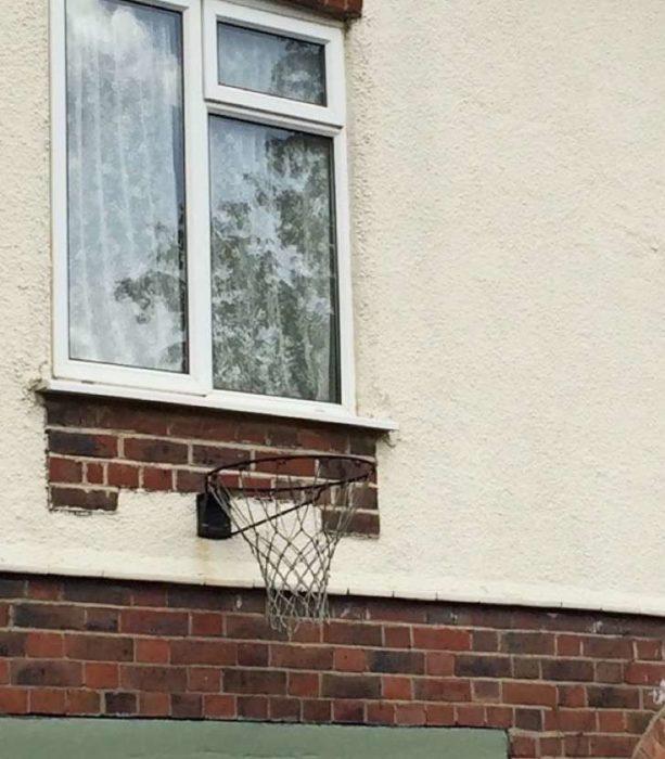 canasta de basquetbol mal puesta