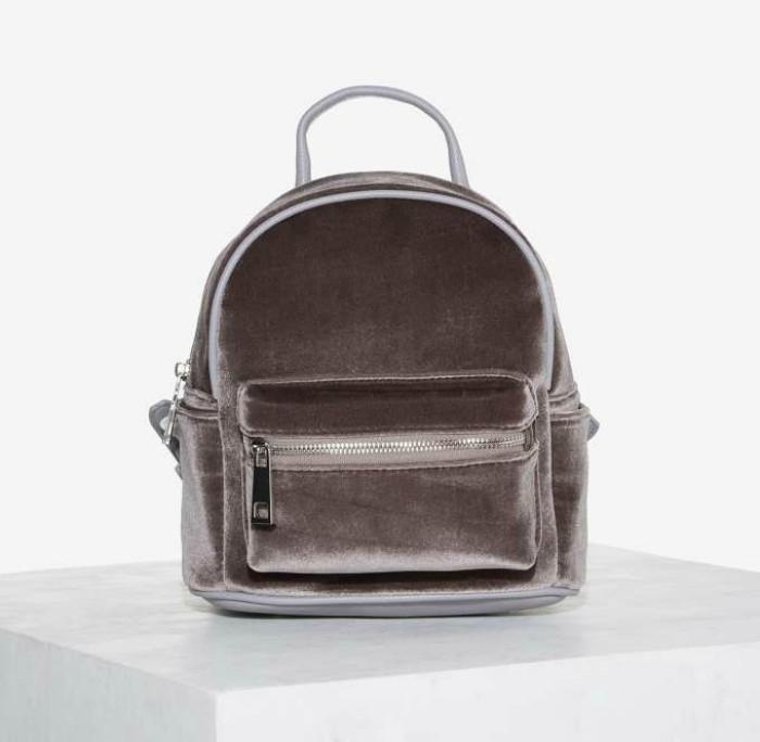 mochila color gris de terciopelo