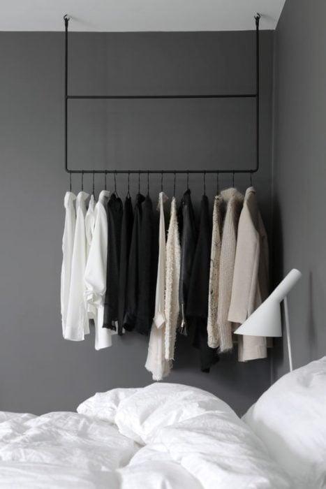 armario con ropa y tubos
