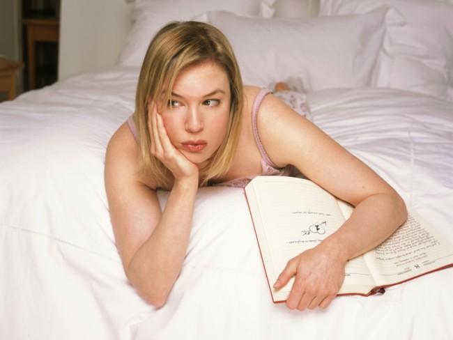 bridget jones sobre su cama con su diario
