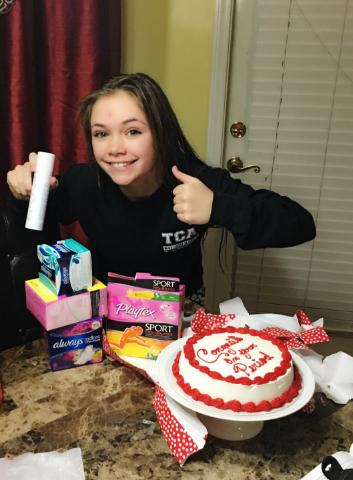 Chica celebrando su primer periodo con pastel
