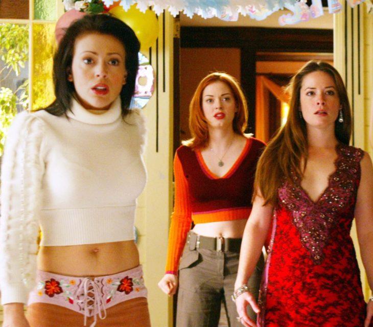 tres mujeres de pie sorprendidas