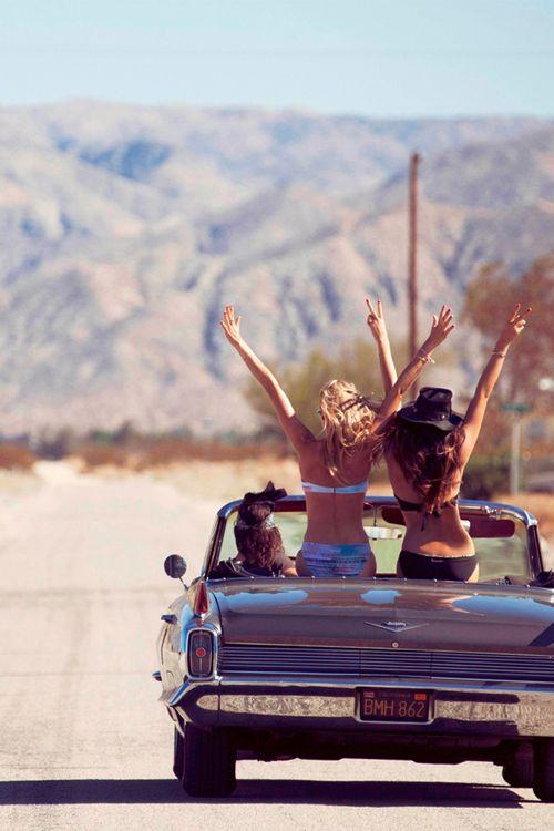chicas de viaje en auto por la carretera