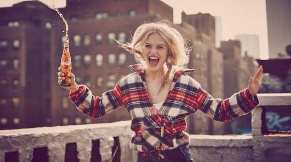 chica contenta bebiendo cocacola