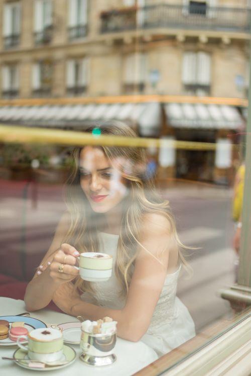 chica bebiendo te dentro de la cafetería