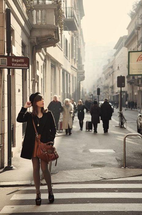 chica caminando por las calles