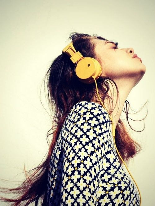 chica con audífonos amarillos