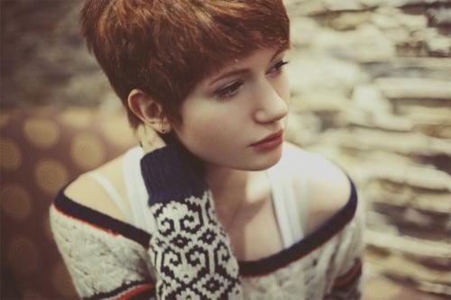 chica con cabello corto