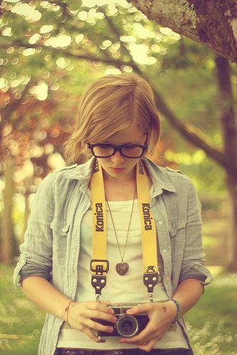 chica con su cámara reflex