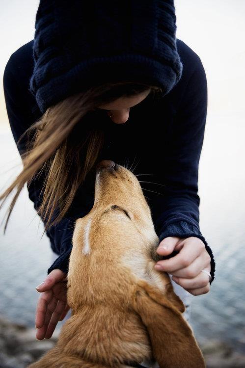 chica con su perrito mirandola