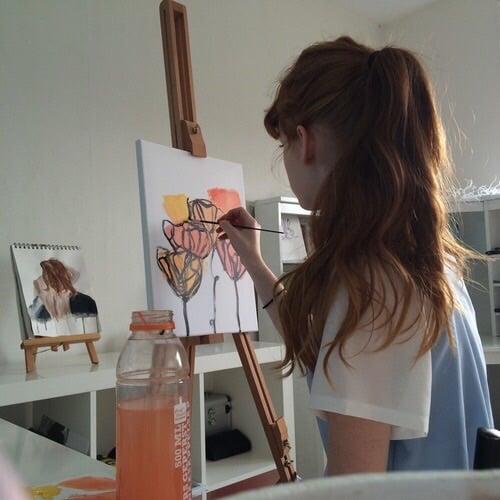 chica de espaldas pintando