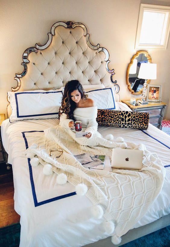 una joven en el celular disfrutando de su tiempo en casa