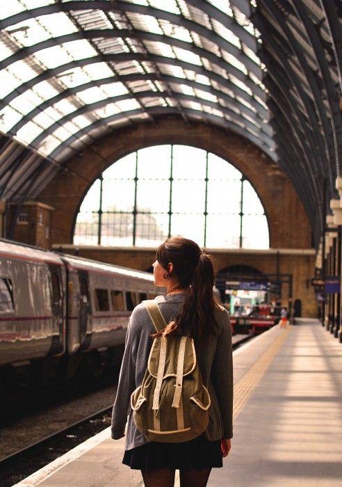 chica en la estación del tren