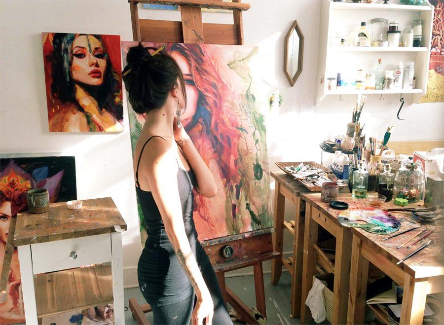 chica en su estudio de pintura