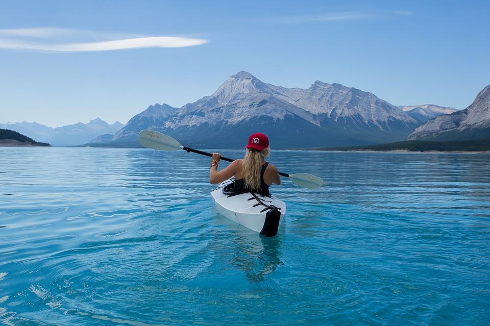 chica en una canoa sobre el lago