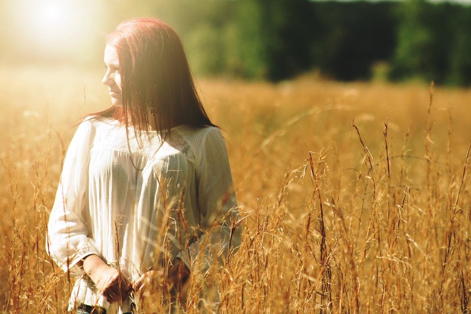 chica caminando entre el trigo