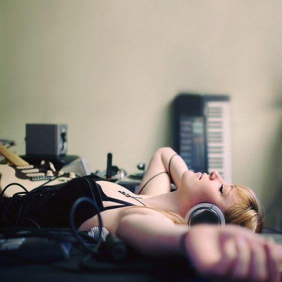 chica escuchando música con sus audifonos