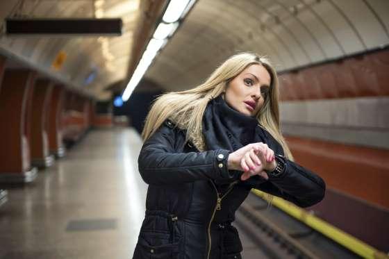 chica esperando el metro