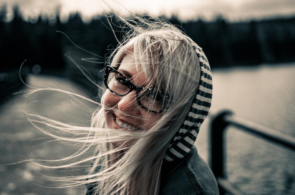 chica feliz con lentes