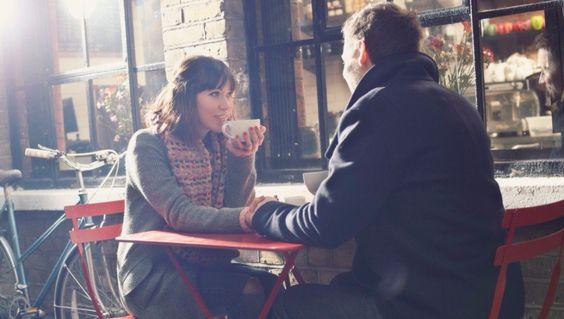 chica hablando con un chico en una cafetería