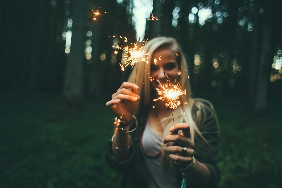 chica jugando con fuego