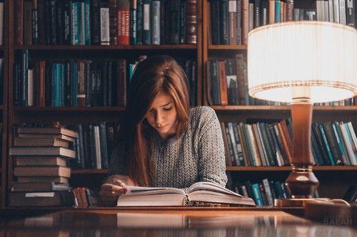 joven leyendo en una biblioteca