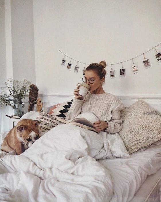 chica acostada leyendo con un bulldog