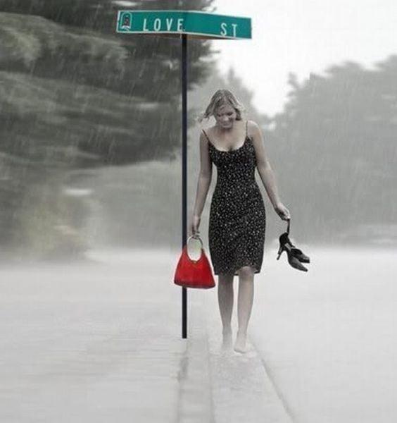 chica mojándose bajo la lluvia love st.