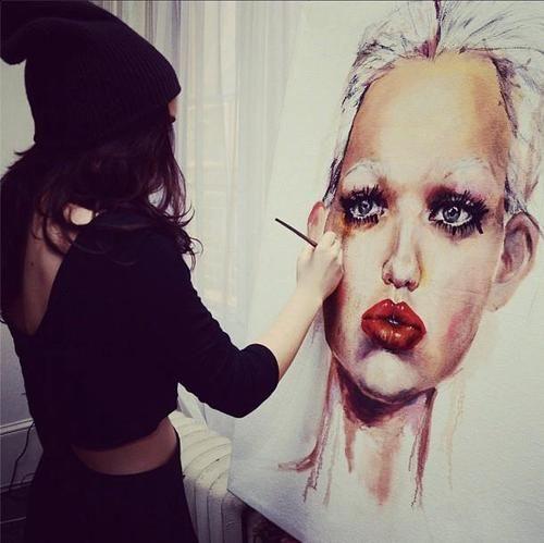 chica realizando un retrato