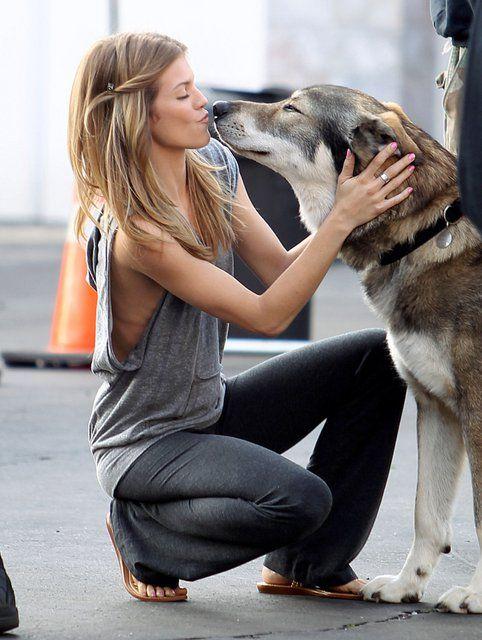 chica platicando con su perrito