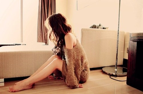 chica sentada en el piso con sueter