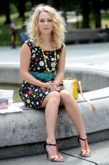 chica sentada en una plaza comiendo frutas 1