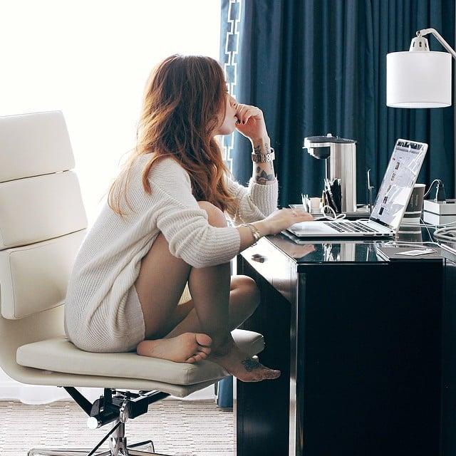 chica sentada frente a la computadora