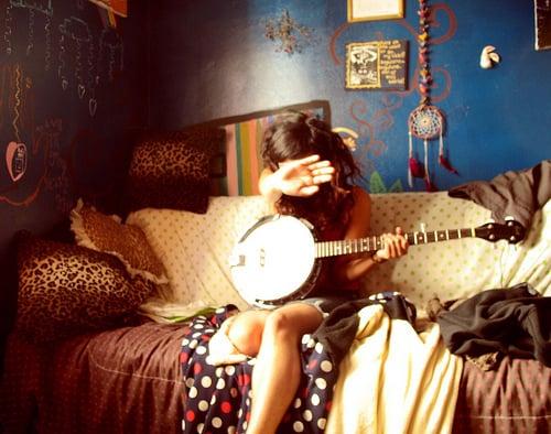 chica tímida tocando un instrumento musical