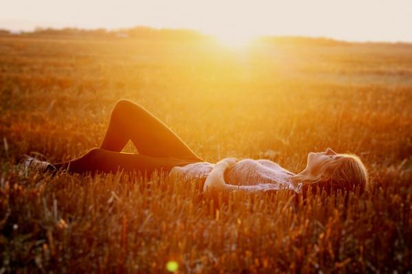 chica tomando el sol en el campo