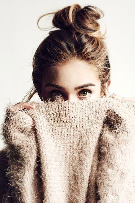 chica escondiéndose tras su suéter