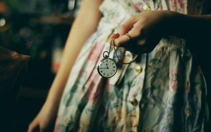 chica viendo el reloj