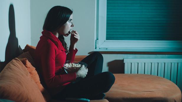 chica viendo películas comiendo palomitas