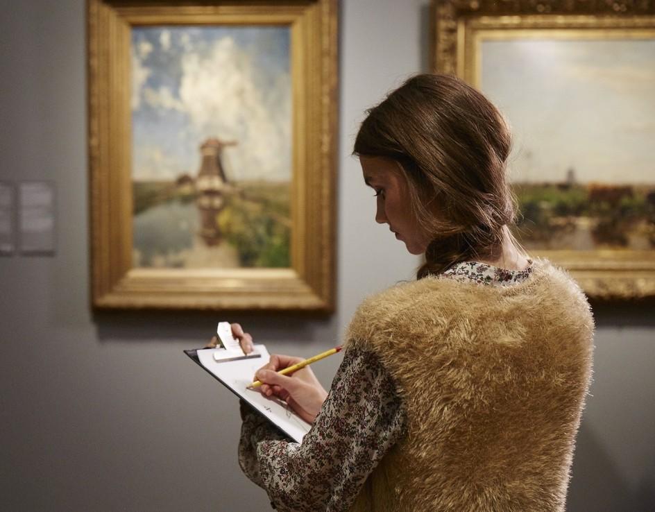 chica visita museo